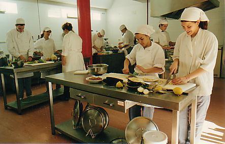 Se busca ayudante de cocina noticias for Mesa ayudante de cocina