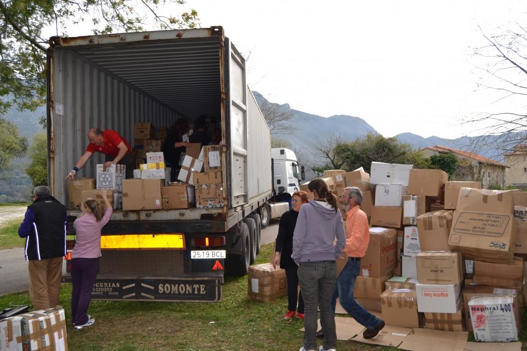 Los miembros de Cultura Indígena cargan las 1000 cajas con material para Guatemala - Celoriu.com