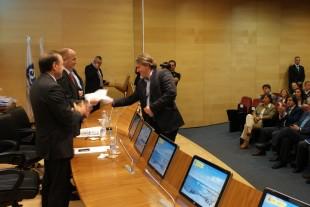 Jose Balmori recogiendo las banderas de manos del Ministro Sebastián - El Comercio