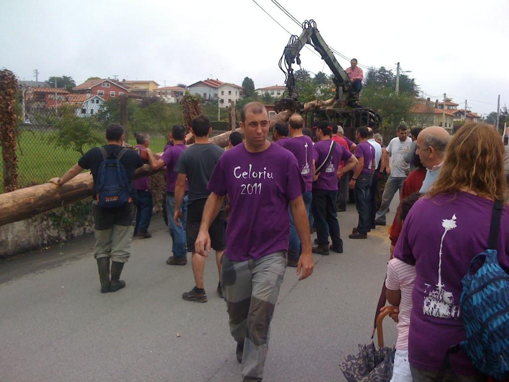 La hoguera de 2011 en la calle de Celorio espera a ser plantada - Celoriu.com