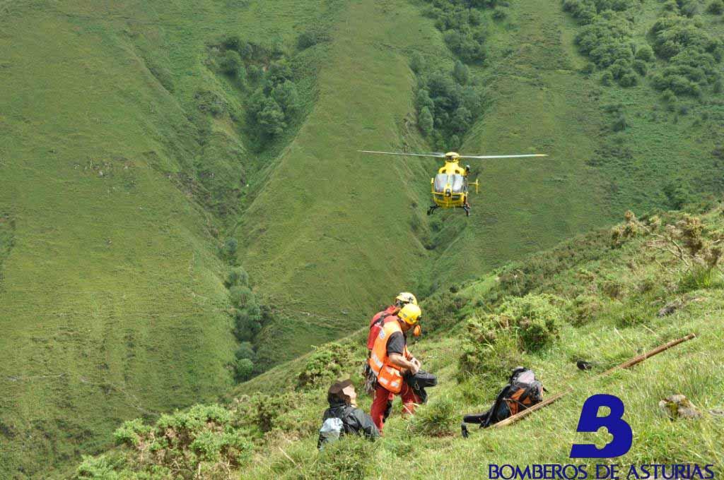 Momento del rescate en el monte HIBEO de Llanes - Bomberos de Asturias - Celoriu.com