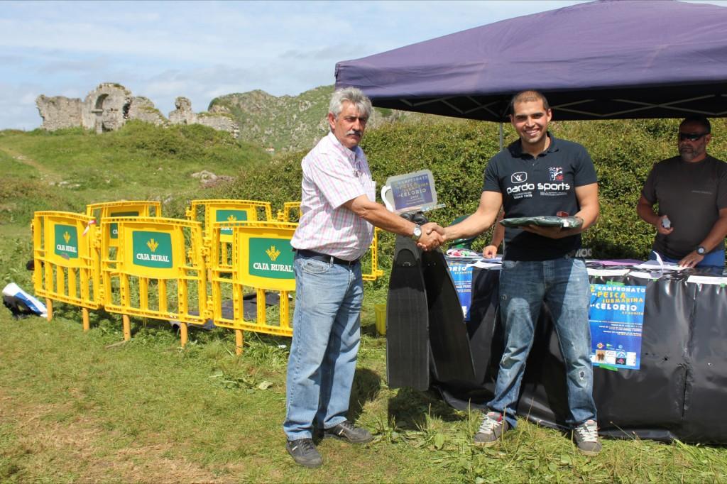 El primer clasificado en el momento de recibir su trofeo y premios - Celoriu.com