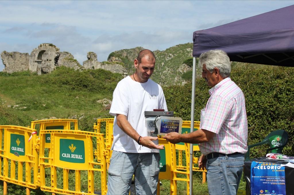 El tercer clasificado en el momento de recibir de mano del presidente de la Sociedad de Festejos Fernando Vallado su trofeo y premios - Celoriu.com