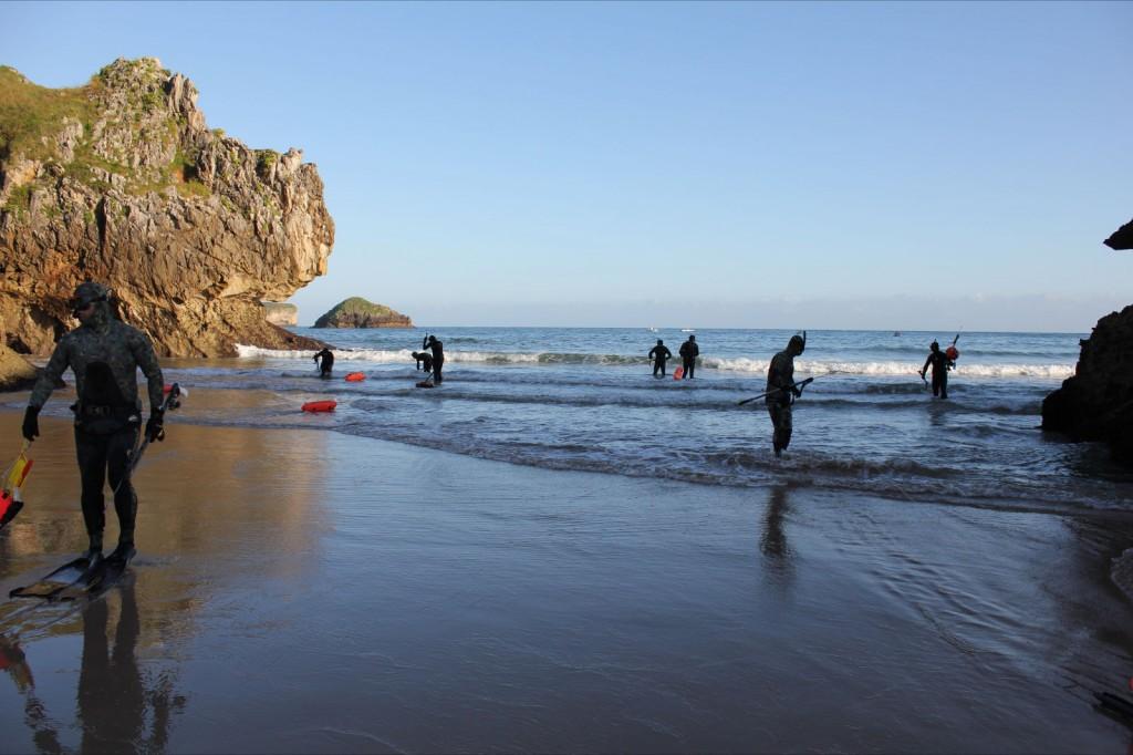 Los participantes en el momento de entrar al agua en la playa de San Martín de Celorio - Celoriu.com