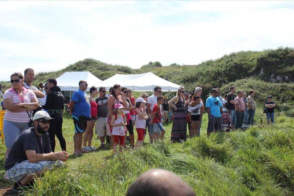 Parte del público que se congregó en la playa de San Martín para presenciar la prueba - Celoriu.com