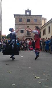Los mozos y mozas representan los bailes regionales en la plazuela