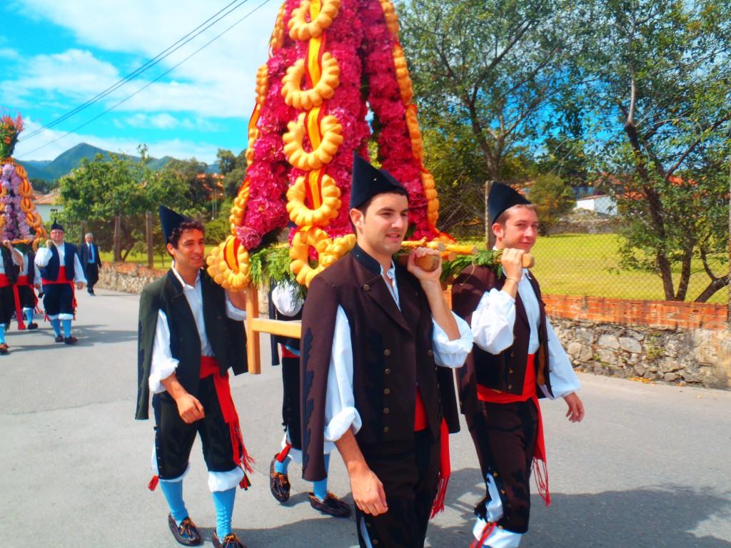 Los mozos de Celorio en procesión del día del Carmen 2011