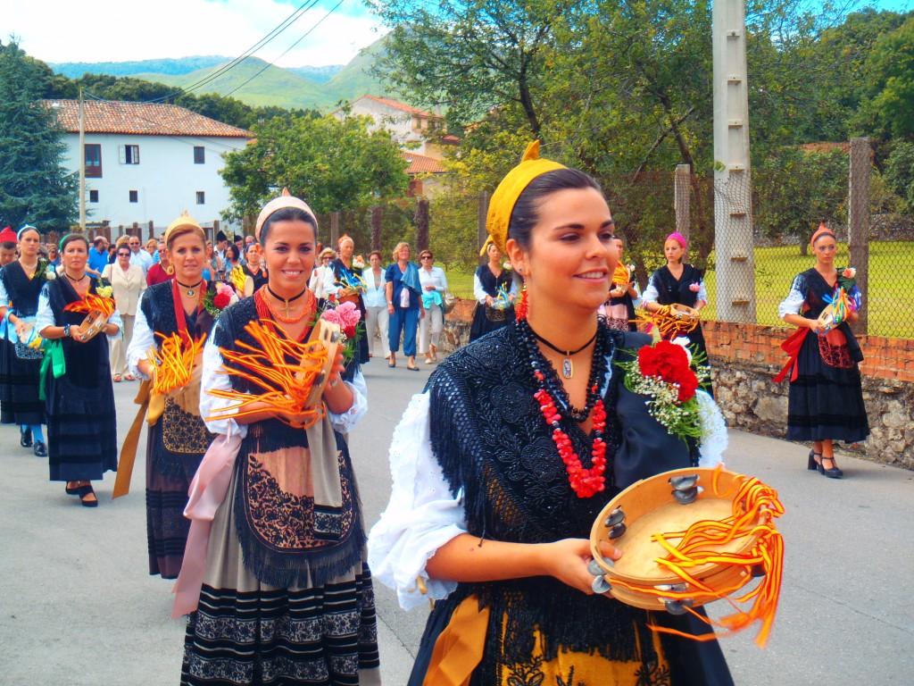 Las aldeanas de Celorio en procesión del día del Carmen 2011