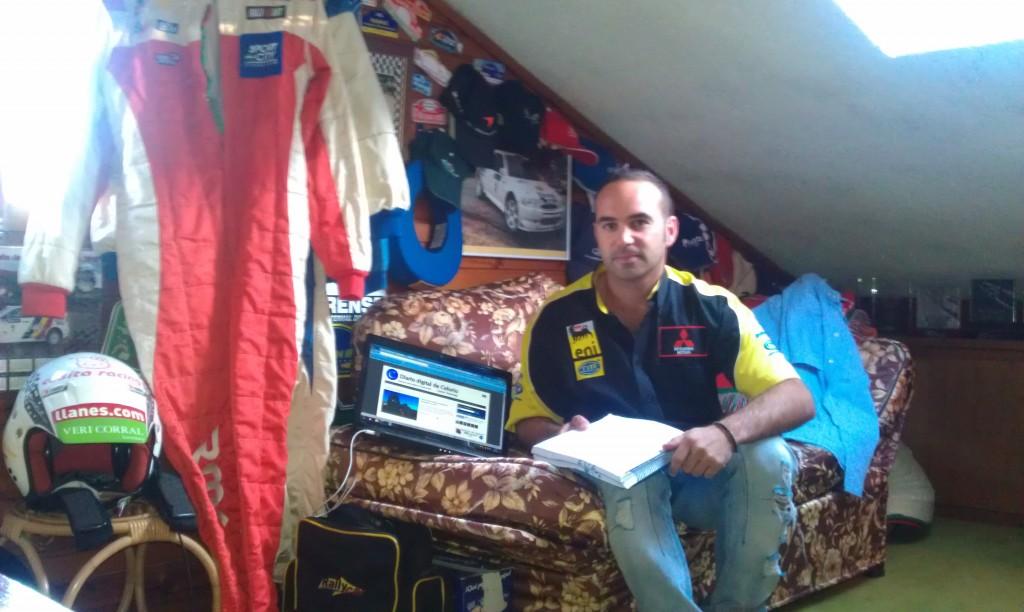 """Dani Cué en su """"Buhardilla Racing"""" con Celoriu.com en su ordenador personal - Celoriu.com"""