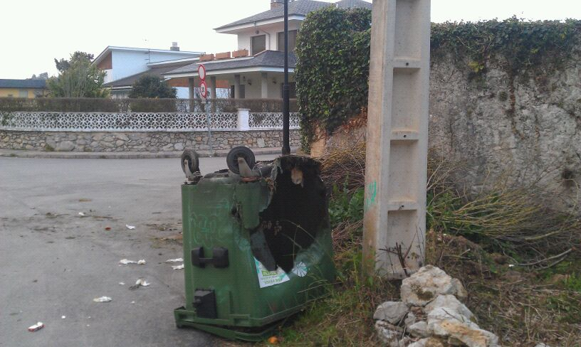 """El contenedor quemado y volcado esta tarde junto a la urbanización """"El Bosque"""" de Celorio - Celoriu.com"""