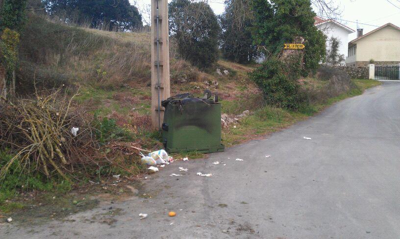 """El contenedor quemado y volcado en la tarde del lunes junto a la urbanización """"El Bosque"""" de Celorio - Celoriu.com"""