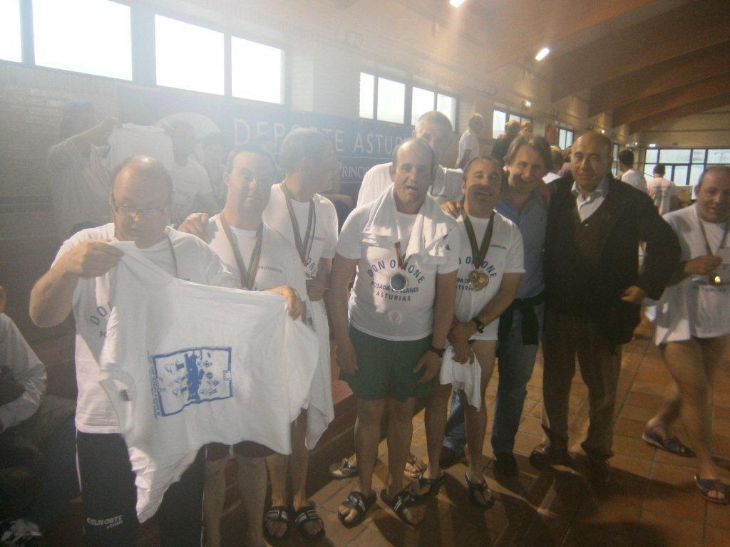 Varios medallistas celebran la victoria junto al concejal Balmori y Julio González - Celoriu.com