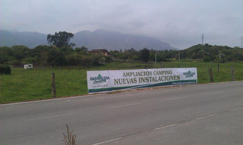 Un cartel anuncia la ampliación de las instalaciones del Camping Maria Elena de Celorio, Llanes - Celoriu.com