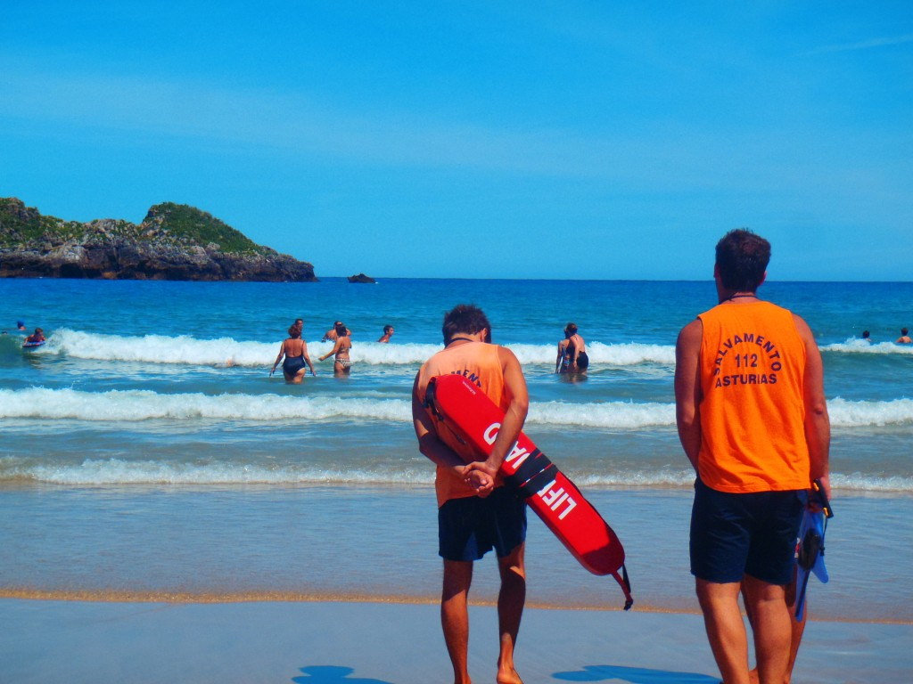 Dos socorristas vigilan la celoriana playa de Palombina durante el verano pasado - Celoriu.com