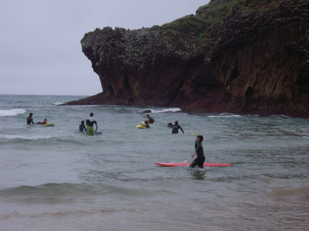 Una vez dentro del agua, los niños se esforzaron por lograr coger su primera ola - Celoriu.com