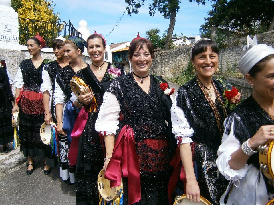 Mozas aldeanas de todas las edades acompañaron la procesión en Celorio - Celoriu.com