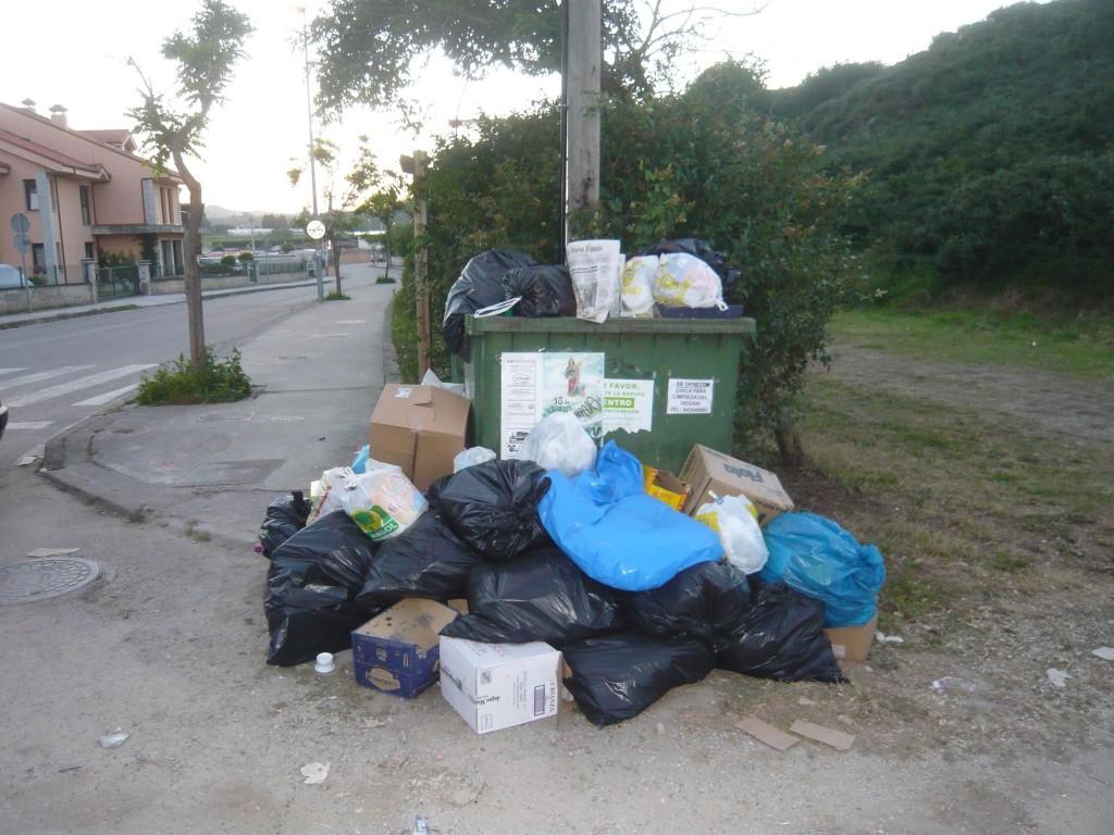 La existencia de un sólo contenedor hace que se desborde a diario en esta zona - Celoriu.com