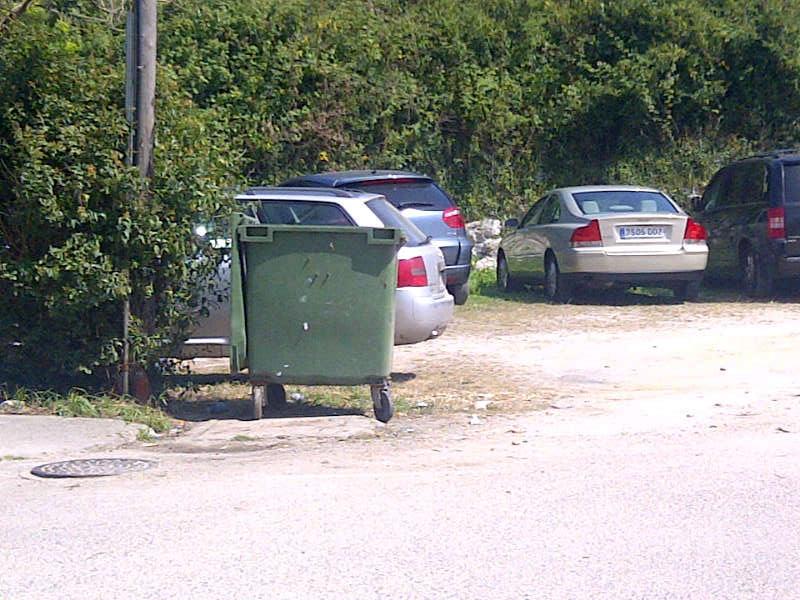 El mismo contenedor pasado el mediodía de hoy jueves está vacío- Celoriu.com