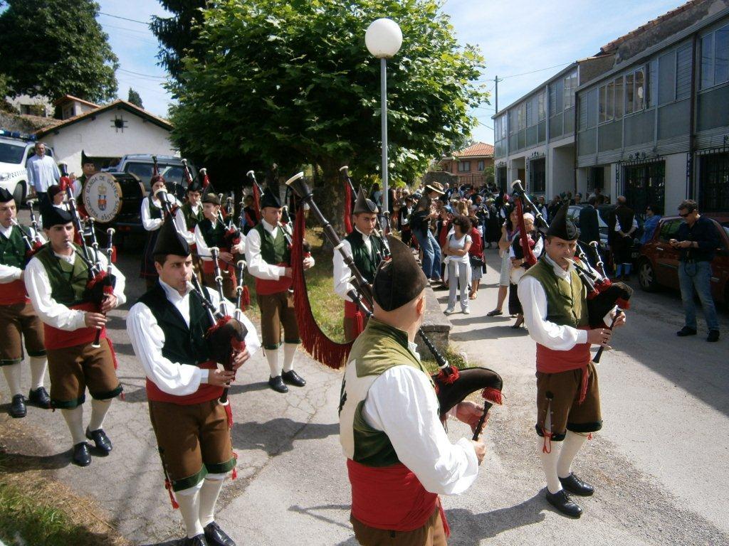 El pasacalles de la banda de gaitas en Celorio - Celoriu.com