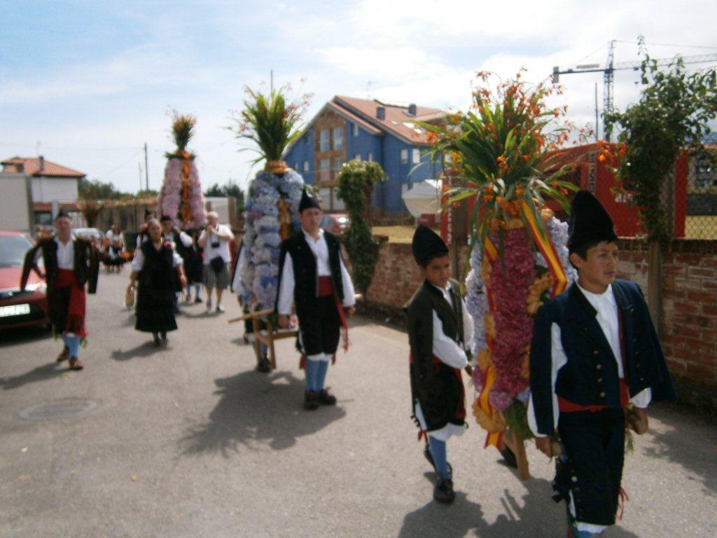 La procesión avanzaba por las calles de Celoriu hacia la Iglesia de San Salvador - Celoriu.com