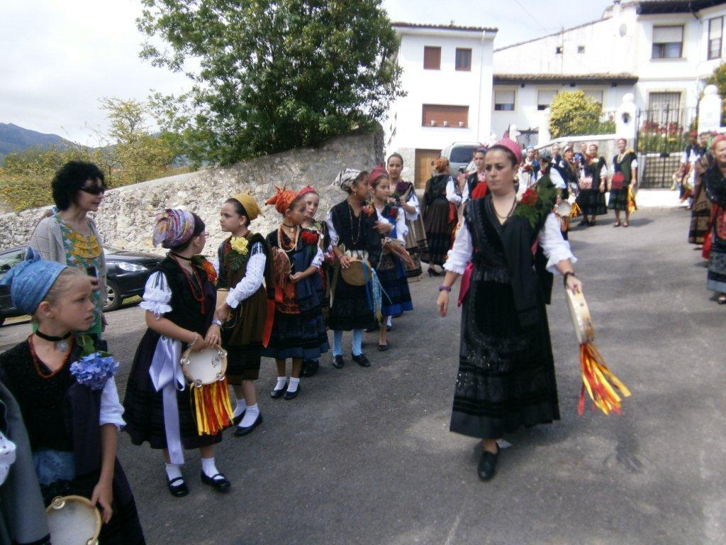 Mozas aldeanas de todas las edades acompañan la procesión de los ramos - Celoriu.com