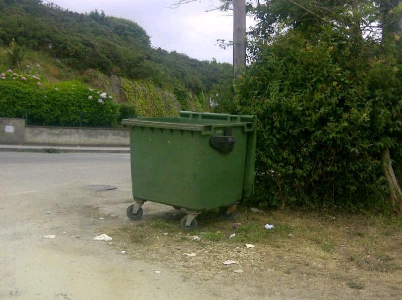 El mismo contenedor a las 21h de hoy jueves, seguía presentando buen estado - Celoriu.com