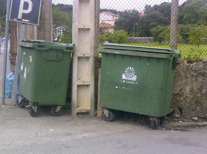 El resto de contenedores como este de La Ería de la Vega, también en buen estado a las 21h de hoy - Celoriu.com