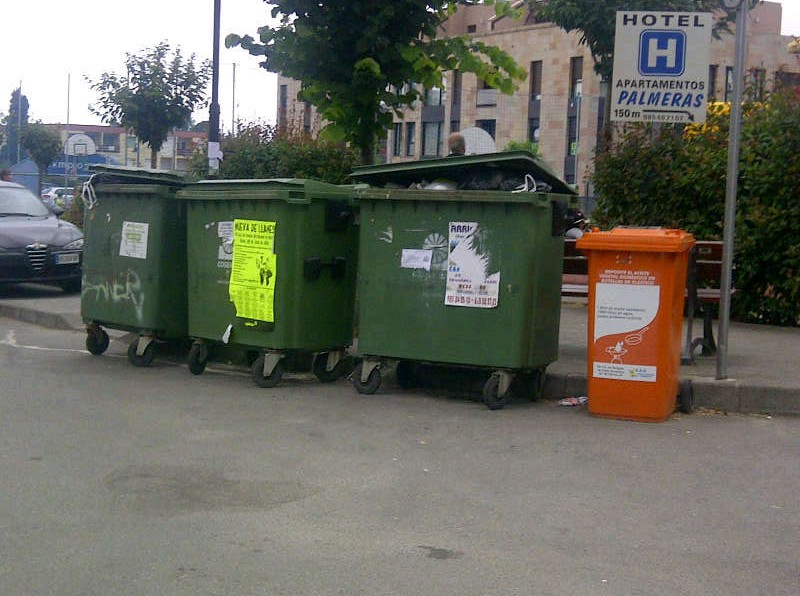 El resto de contenedores como este de La Bolerona, también en buen estado a las 21h de hoy - Celoriu.com
