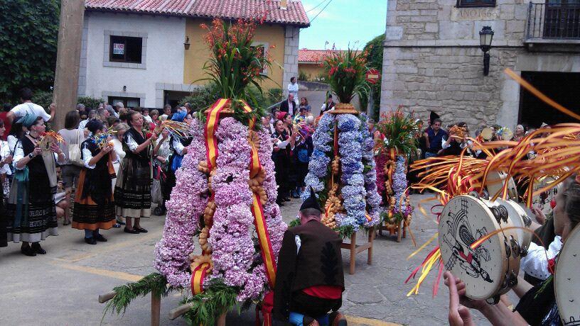 Los ramos esperan en la puerta de la Iglesia de San Salvador de Celorio a que finalice la misa - Celoriu.com