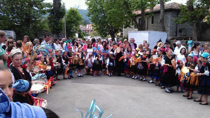 Los bailes se celebraron un año más en la plazuela, a la puerta de la Iglesia - Celoriu.com