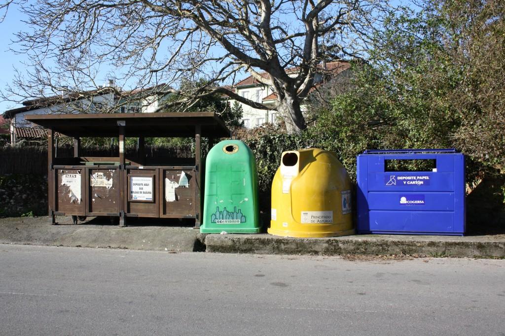 Los cubos de Basura situados próximos a la entrada de Celorio - Celoriu.com
