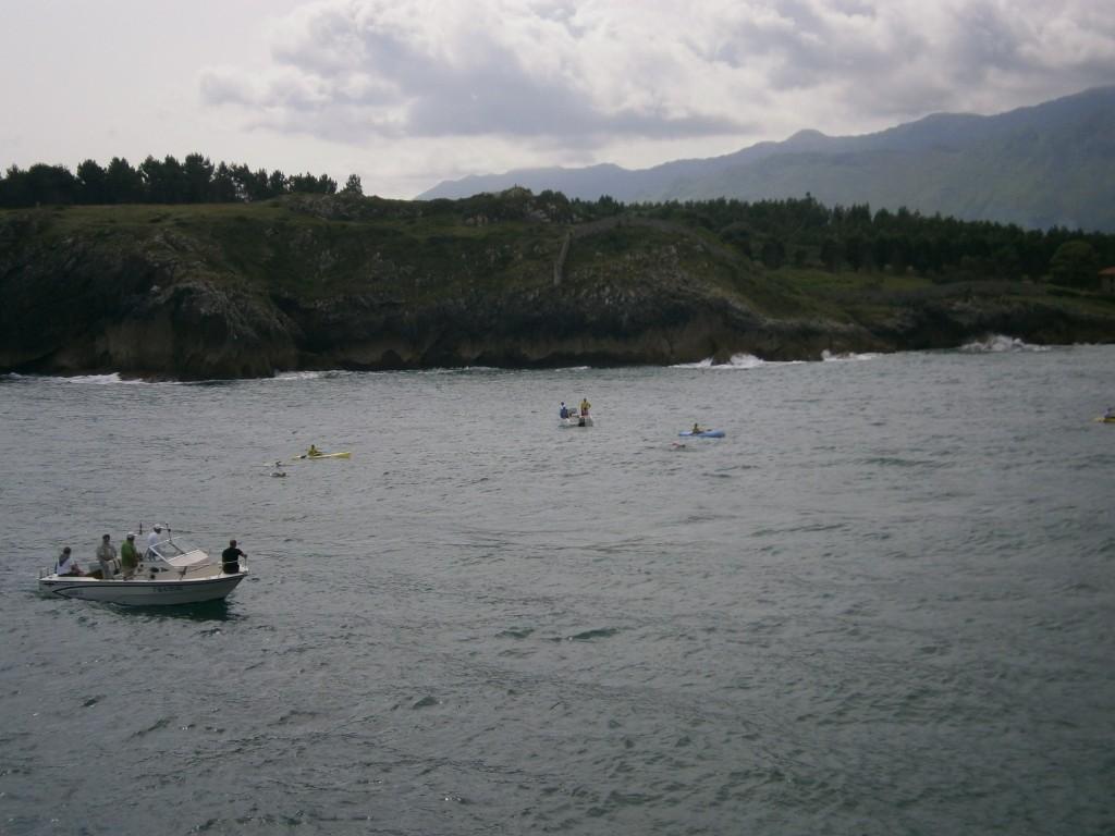 Los nadadores disputan una de las pruebas de la travesía en la jornada de ayer - Celoriu.com