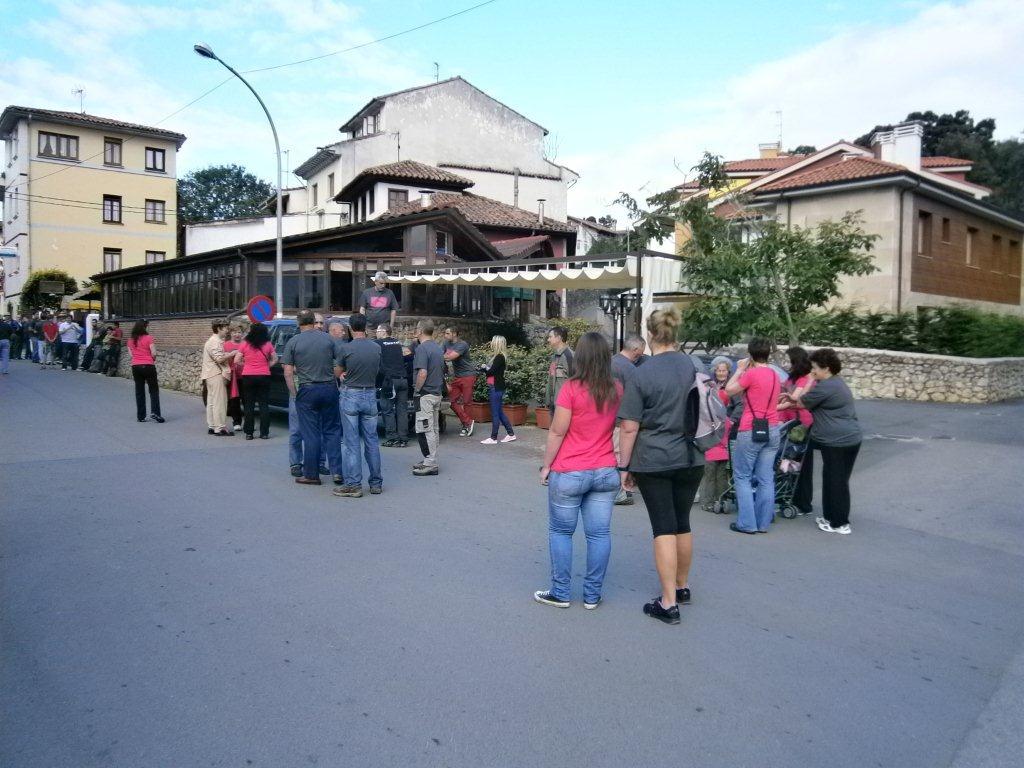 Los celorianos salen desde la Bolerona hacia el monte a cortar la Hoguera esta mañana - Celoriu.com
