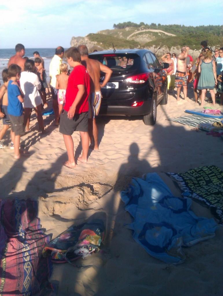El coche en la arena, tras pasar por encima de varias toallas - Miguel Arrieta - Celoriu.com