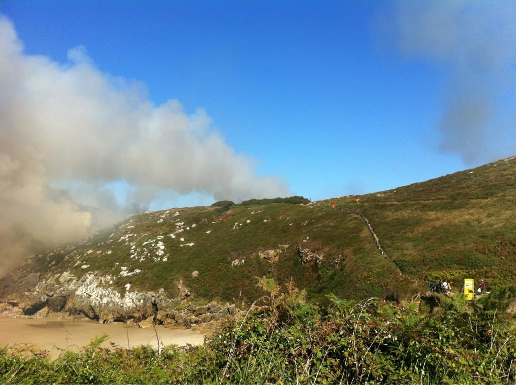 El incendio desatado esta tarde en la zona derecha (oriental) de Portiellu - Celoriu.com