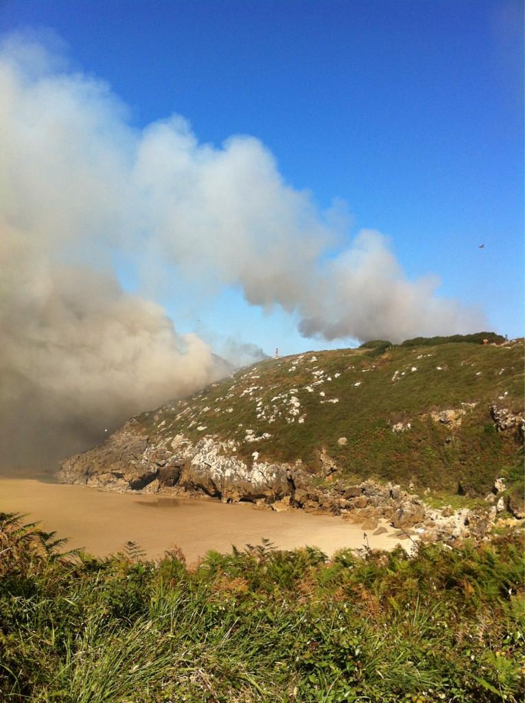 El incendio desatado esta tarde en la zona derecha (oriental) de Portiellu desde la senda - Celoriu.com