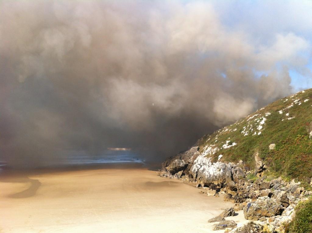 El incendio desatado esta tarde en la zona derecha (oriental) de Portiellu a pie de playa - Celoriu.com