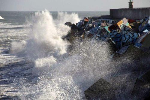 El mar golpea los cubos de la memoria en Llanes - Celoriu.com