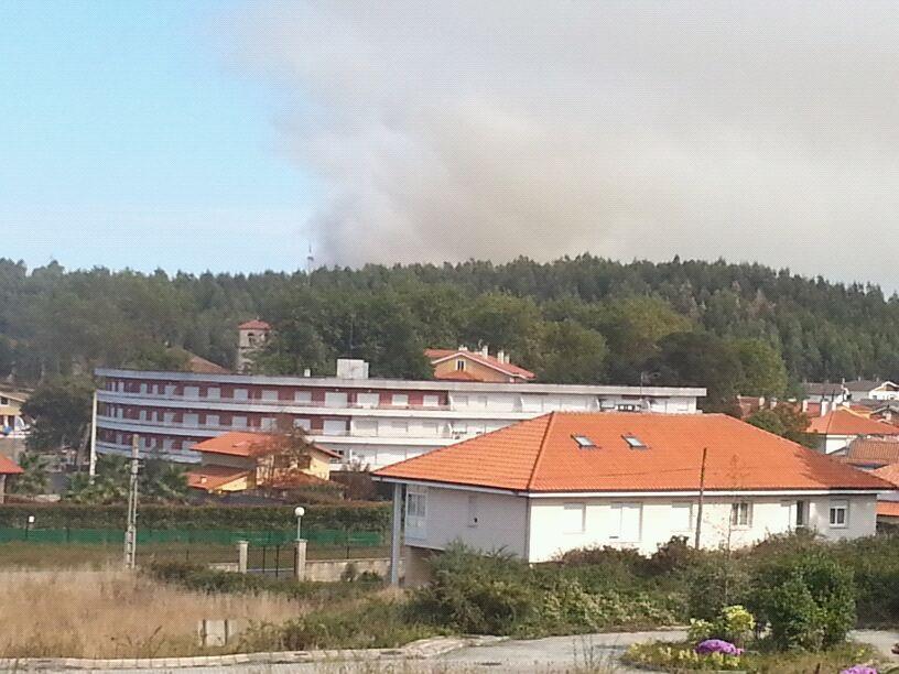 El incendio se aprecia desde el pueblo, como en esta fotografía desde el cuetu jerreros - Celoriu.com
