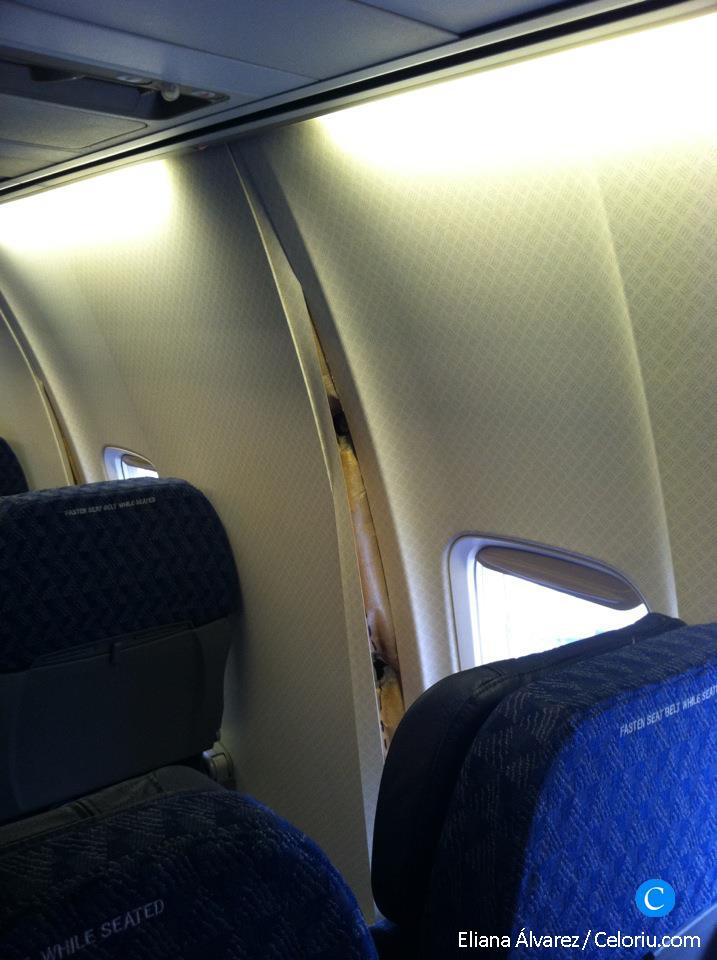 La pared del avión abierta y con parte de la estructura a la vista - Celoriu.com