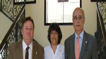 Mari Paz Sainz, con sus dos compañeros el día de toma de posesión de su acta de concejal en Llanes - Celoriu.com