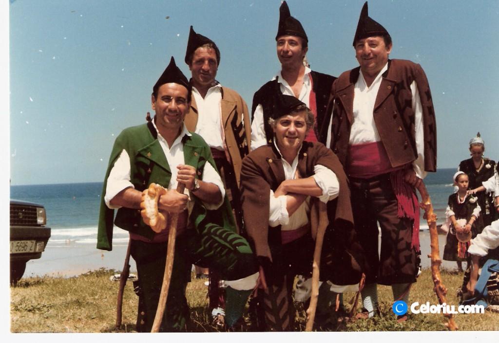Antonio con familiares y amigos en el Carmen de 1986 en Celorio - Celoriu.com