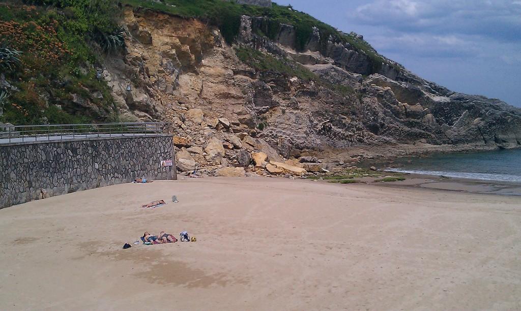 El desprendimiento de la playa del Sablón en Llanes - Celoriu.com