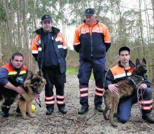 Pachu (derecha) junto con otros miembros de la unidad de Protección Civil de Llanes - El Comercio