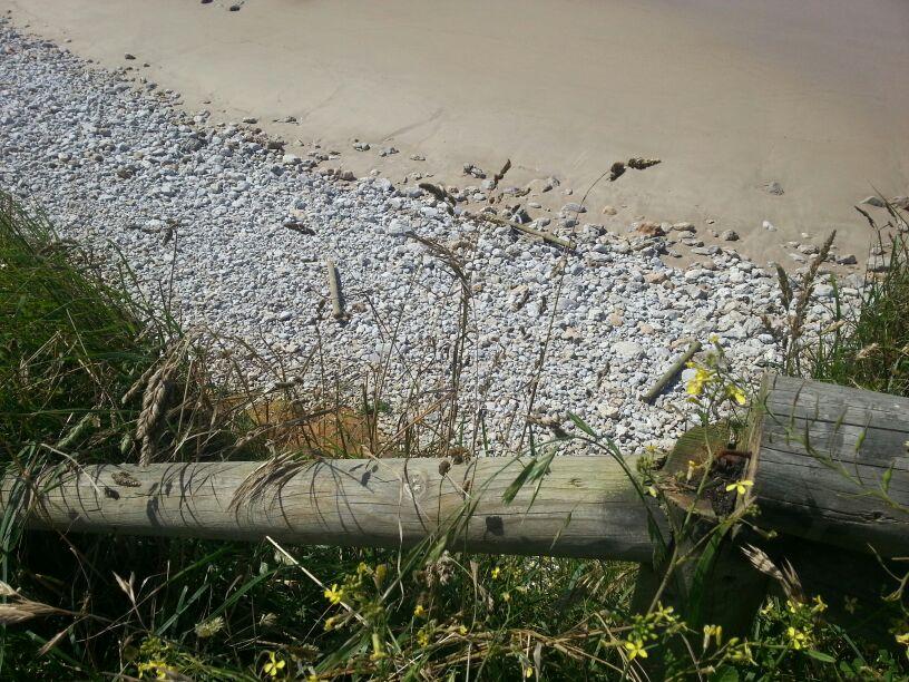 La barandilla sin su parte superior, cuyas maderas se ven abajo en la arena - Celoriu.com
