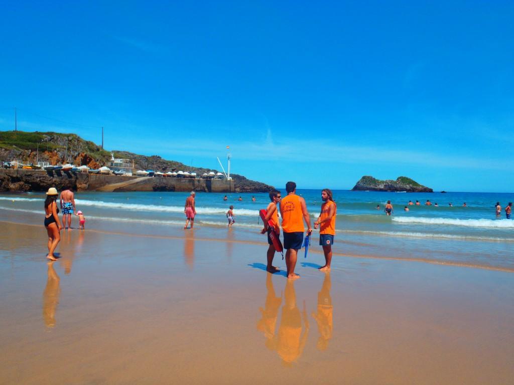 Convocadas las plazas de socorrista en playas de Llanes 2013 - Celoriu.com