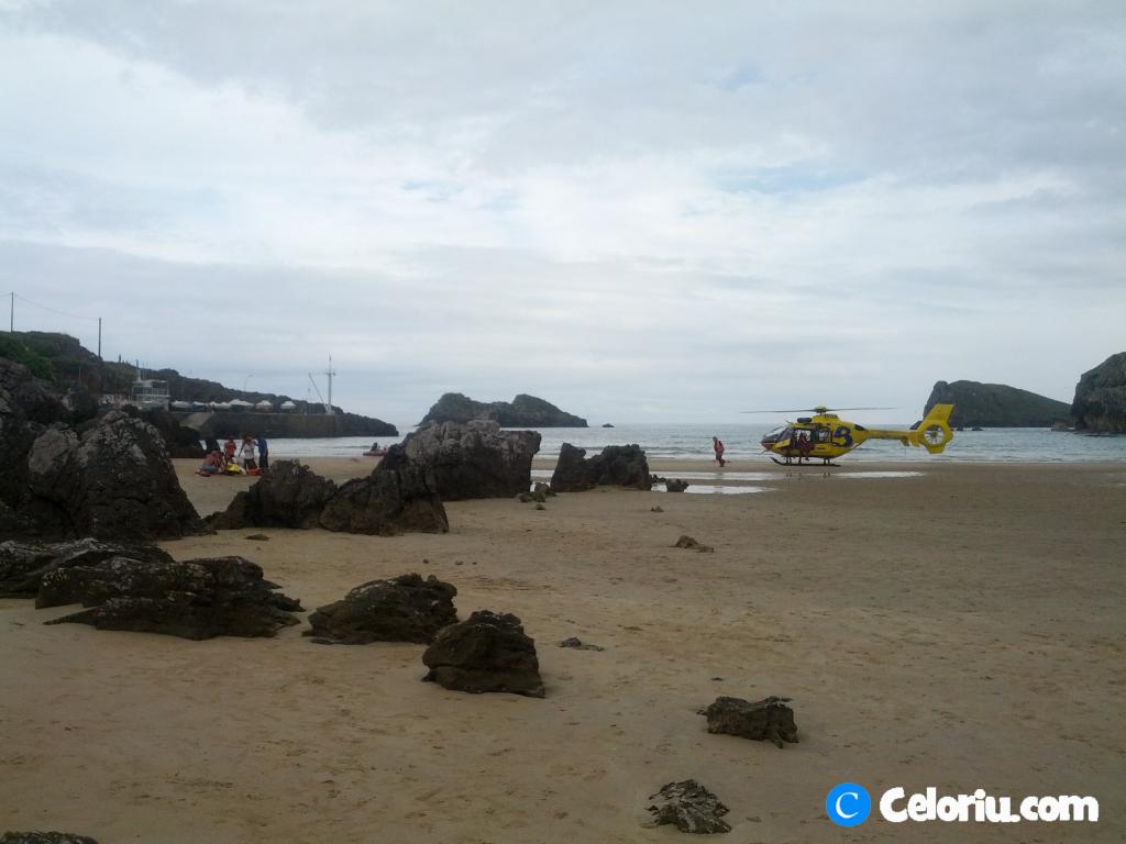 El helicóptero del 112, ya en la playa segundos antes de evacuar al hombre - Celoriu.com