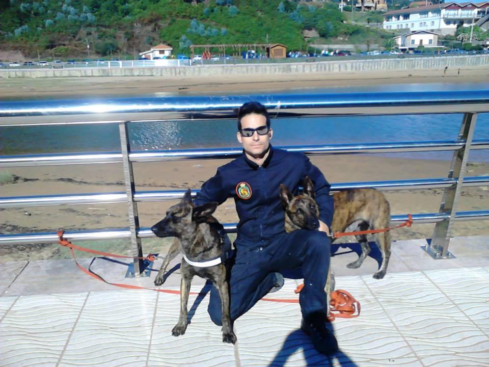 """Francisco Pérez-Puchal (pachu) con dos de sus perros de rescate hace unos días en un operativo en """"La griega"""" - Celoriu.com"""